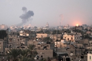 Smoke rises following an Israeli air strike in Khan Yunis, southern Gaza Strip, on November 14, 2012.